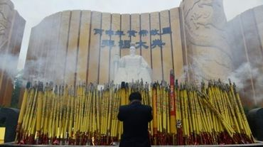 Un homme salue la statue de l'Empereur jaune le 9 avril 2016 lors d'une cérémonie à Xinzheng, en Chine