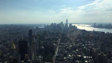 C'est à Manhattan que Trump s'est fait un nom et une fortune : son nom s'affiche aujourd'hui fièrement en lettres géantes sur la façade de plus d'une quinzaine de gratte-ciel de Manhattan.