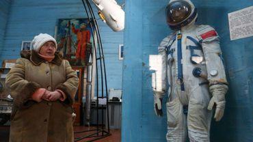 Un guide attend les visiteurs au musée de l'espace dans l'église de Saint-Parascève dans le centre de l'Ukraine (près de Kiev), le 11 janvier 2019