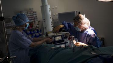 Dans une salle d'opération