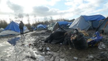 Des tentes fragiles, exposées au vent, au froid et à la boue.