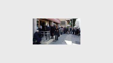 Des Chypriotes font la queue devant une banque à Nicosie, le 5 avril 2013