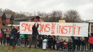 Élèves et professeurs manifestent ce jeudi matin devant les grilles de l'école, pour soutenir l'institutrice qui est mutée à Wavre.