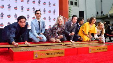 """Les acteurs de """"Big Bang Theory"""" ont laissé mercredi leurs empreintes dans le ciment au Chinese Theatre, cinéma historique de Hollywood, au lendemain du dernier jour de tournage de la série à succès."""