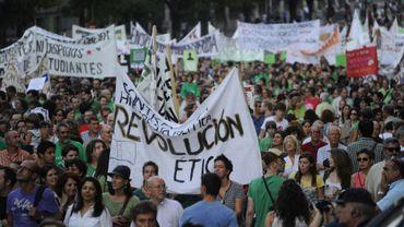 Des milliers de personnes, professeurs, lycéens et parents ont manifesté mardi soir à Madrid pour la défense de l'école publique