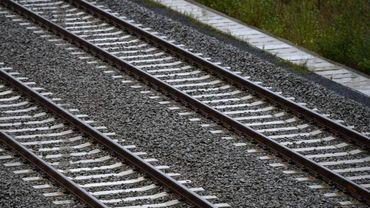 Une voiture percutée par un train de marchandises ce matin vers 5 H 30 sur un passage à niveau de Tilly dans la commune de Villers-la-Ville. Le conducteur est indemne.