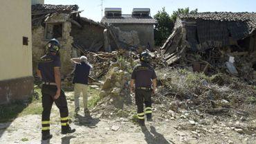Des pompiers dans un hameau proche d'Amatrice, le 29 août 2016.