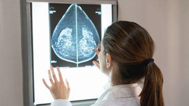 Cancer du sein: combinée à un traitement ciblé, l'hormonothérapie augmenterait les chances de survie des patientes.