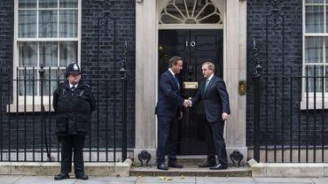 Le Premier ministre David Cameron (au centre) salue le Premier ministre irlandais Enda Kenny devant le 10 Downing street à Londres.