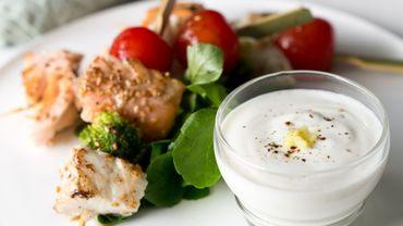 Brochettes de poissons, sauce au yaourt et au gingembre