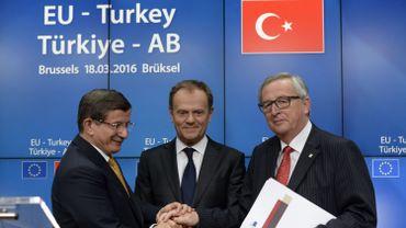 Le premier ministre turc Ahmet Davutoğlu, le président du Conseil européen Donald Tusk et le président de la Commission Jean-Claude Juncker lors du sommet qui a vu aboutir l'accord sur les réfugiés