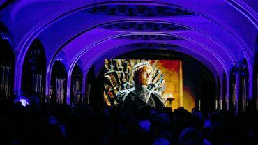 Des spectateurs regardent la nouvelle saison de la série Game of Thrones, produite par la chaîne américiane HBO, le 17 juillet 2017 dans une station de métro de Moscou