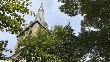 La cahthédrale Saint-Paul à Liège réfléchit à son illumination