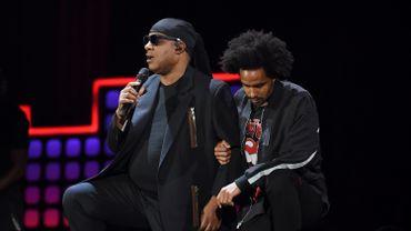 Stevie Wonder s'agenouille durant un concert contre la pauvreté à New York