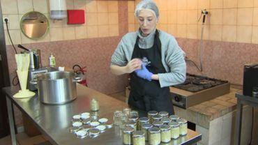 Gabrielle Vilour a fait le choix d'utiliser des bocaux consignés pour ses productions artisanales