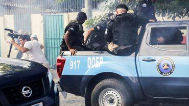 La police antiémeutes tire des grenades paralysantes contre des journalistes lors d'une manifestation contre le gouvernement du président nicaraguayen Daniel Ortega, le 29 septembre 2018 à Managua.