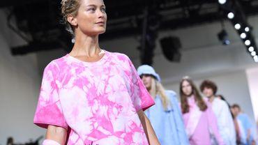 Michael Kors a présenté une collection où l'effet printanier est évoqué par la teinture au noeud (tie-dye), technique qui crée des motifs uniques rappelant souvent des fleurs.