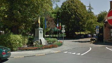 La fontaine est située à l'entrée du parc communal