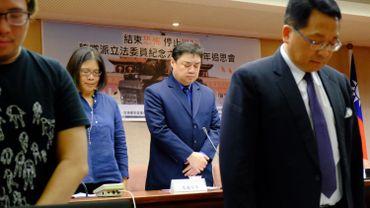 Des députés du PDP de premier plan, auxquels se sont joints des membres du KMT et le dissident chinois en exil Wu'er Kaixi, ont observé une minute de silence.