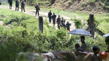 Des soldats birmans patrouillent dans un camp près du village d'Ukhia, entre la Birmanie et le Bangladesh, le 16 septembre 2017