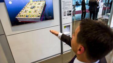 Un visiteur teste le livre 3D de l'organisme allemand de recherche Fraunhofer