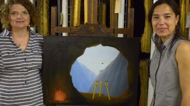 """Giorgia Bottinelli et Alice Tavares da Silva posent à côté de """"La condition humaine"""" de René Magritte"""
