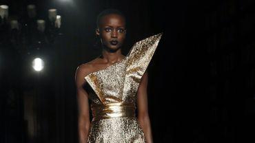 La robe bustier couleur or de RVDK Ronald Van der Kemp présentée à Paris le 21 janvier 2020.