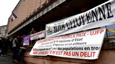 """De nombreux militants étaient attendus sous les fenêtres du palais de justice de Gap pour soutenir ceux que l'on surnomme désormais les """"sept de Briançon""""."""