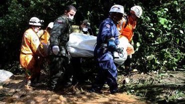 Les secouristes évacuent les victimes du bus accidenté