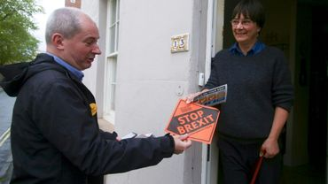 Le candidat aux élections européennes Libéral-démocrate Stephen Williams fait campagne à Bristol, en Angleterre, le 8 mai 2019