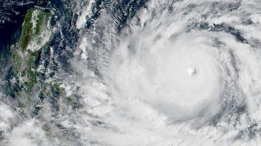 Image satellitaire prise le 13 septembre 2018 à 02H00 GMT montrant le typhon Mangkhut se dirigeant vers la côte des Philippines. AFP PHOTO / NOAA/RAMMB