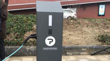 La première borne régionale de recharge électrique est installée à Evere, rue de Genève