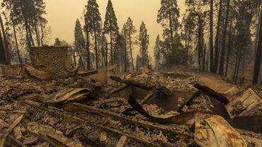 Une communauté de maisons forestières est en ruine le long du chemin Auberry dans la région de Meadow Lakes après l'incendie le 8 septembre 2020. La Californie est en proie à de violents incendies suite à une vague de chaleur.