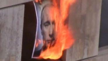 Nouvelle vidéo des Pussy Riot: elles brûlent le portrait de V. Poutine