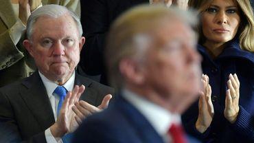 Le ministre de la Justice Jeff Sessions applaudit le président Donald Trump lors d'un discours à Manchester, dans le New Hampshire, aux Etats-Unis, le 19 mars 2018