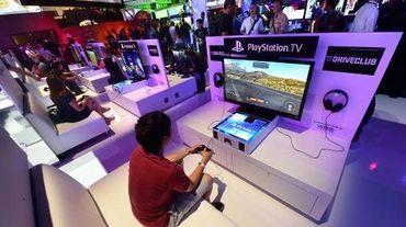 Des Américains testent la nouvelle console PlayStation à Los Angeles le 10 juin 2014