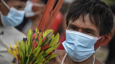 Un membre de la tribu yanomani, un peuple indigène, porte un masque de protection à Alto Alegre, au Brésil, le 1er juillet 2020