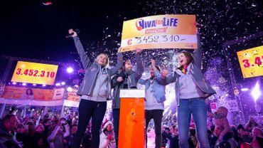 Les 3 animateurs et le chèque du Viva for Life 2016