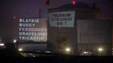 Deux textes projettés par des militants de Greenpeace  le 28 mars 2013 sur la centrale de Fessenheim