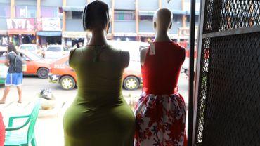 Des mannequins aux fesses bien larges.