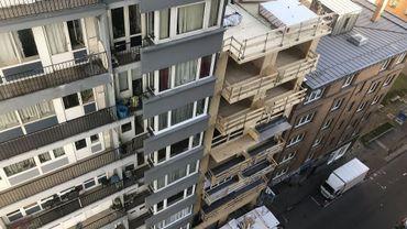 Vue plongeante sur un immeuble à appartements en bois: rez-de-chaussée plus neuf étages, un record