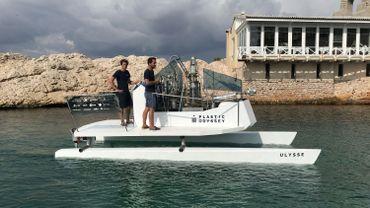 """Deux des fondateurs à Marseille à bord de l'""""Ulysse"""", un prototype réduit de bateau propulsé par le plastique"""