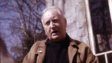 L'écrivain français Jean Giono dans sa maison de Manosque en 1970