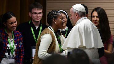 Le pape François reçoit un cadeau lors d'une rencontre avec des jeunes avant l'ouverture d'un synode à Rome, le 19 mars 2018