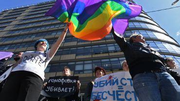"""Avant de se disperser, les participants ont scandé """"Non à l'homophobie en Tchétchénie"""", république conservatrice du Caucase russe où les LGBT sont la cible de persécutions des autorités, selon des associations et des témoignages recueillis par plusieurs médias dont l'AFP après des révélations du journal Novaïa Gazeta."""