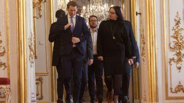 """Le chef du Parti populaire autrichien (OevP) Sebastian Kurz (L) arrive pour la présentation du programme du gouvernement de coalition nouvellement formé le 2 janvier 2020 au palais de la Hofburg à Vienne. Kurz a déclaré que ses conservateurs et les Verts avaient obtenu un """"excellent résultat"""" dans des négociations difficiles pour former un gouvernement de coalition."""
