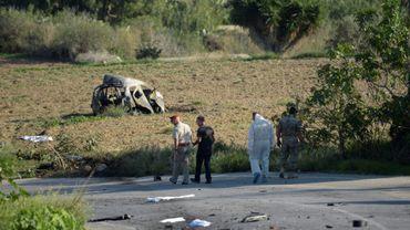 Des policiers et experts de la police scientifique sur les lieux d'une explosion qui a détruit la voiture de la blogueuse Daphne Caruana Galizia, le 16 octobre 2017 à Bidnija, à Malte