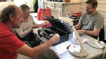André est venu au Repair Café d'Ixelles avec l'espoir de sauver son imprimante de l'obsolescence programmée.