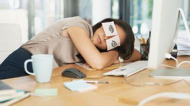 Faire une sieste au travail contribue à prévenir le burn-out