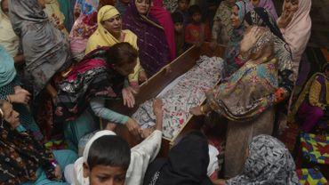 Des chrétiens pakistanais pleurent un des leurs victime de l'attentat suicide de Lahore, le 28 mars 2016.